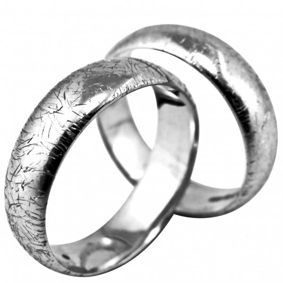 Alianças de Casamento rodeadas e riscadas em ouro branco