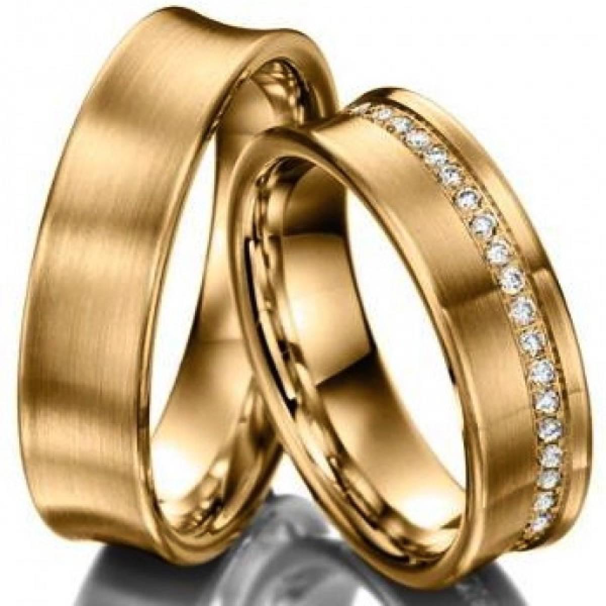 Alianças de Casamento Amendoadas em Ouro Amarelo, com 42 Diamantes