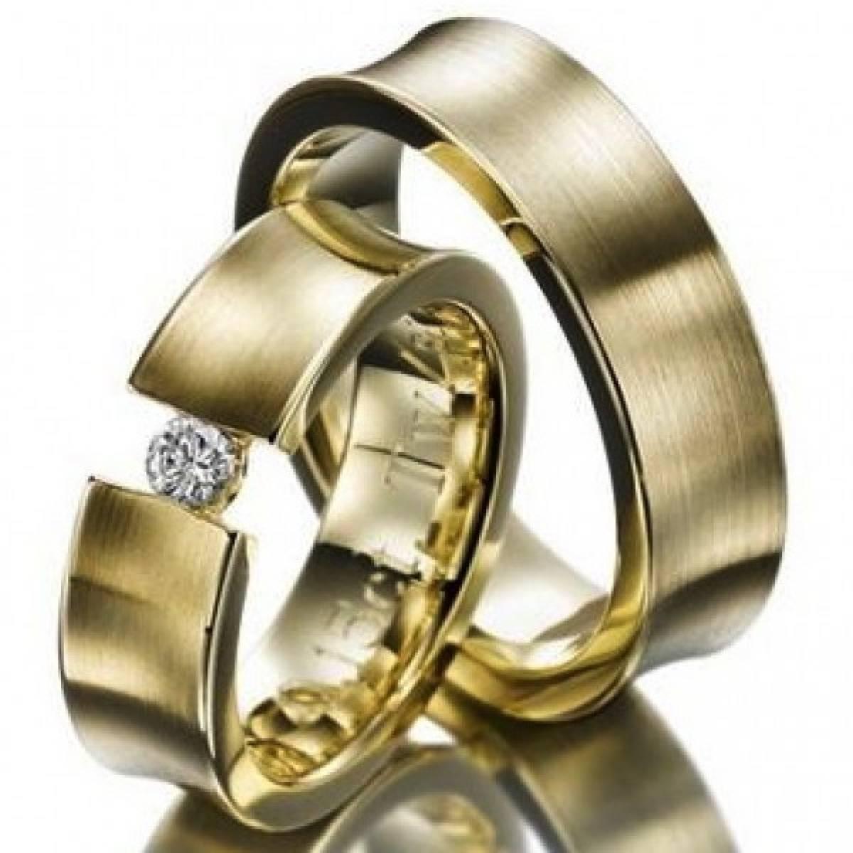 Alianças de Casamento Amendoadas em Ouro Amarelo, com 1 Diamante